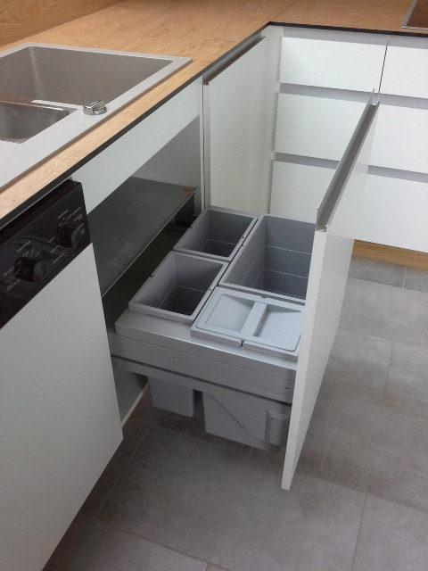 offene Schubladen in der Küche